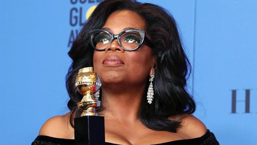 Oprah Winfrey posa con su premio Cecil B. DeMille tras la gala de los Globos de Oro