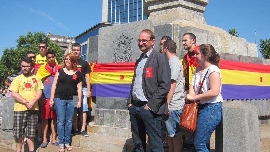 ICV viste la plaza Juan Carlos I de Barcelona con la bandera republicana