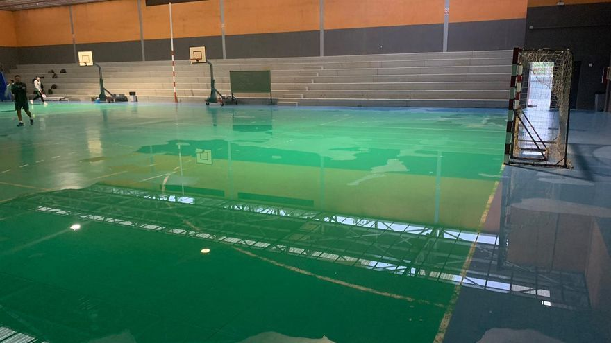Polideportivo de un centro escolar inundado por el agua de lluvia