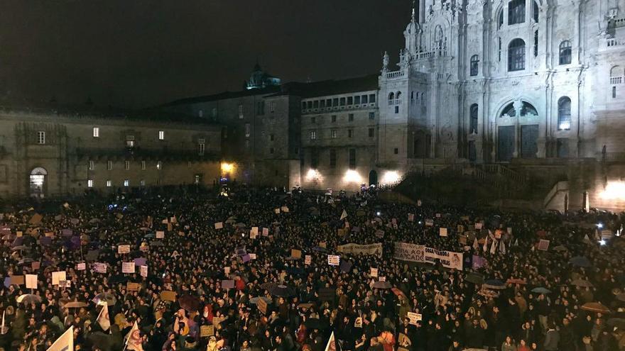 Final de la manifestación del 8M en la Praza do Obradoiro de Santiago