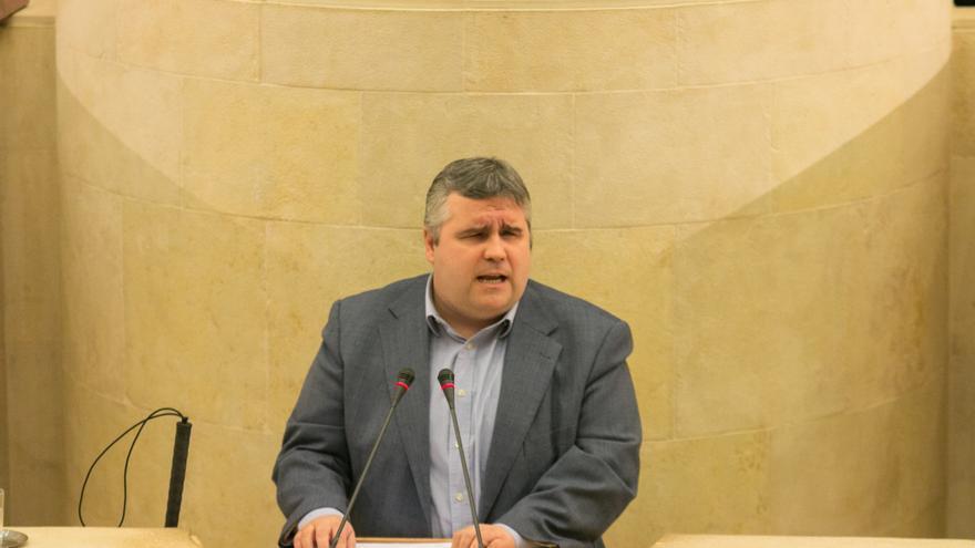 Alberto Bolado durante una intervención en el Parlamento de Cantabria.   JOAQUÍN GÓMEZ SASTRE