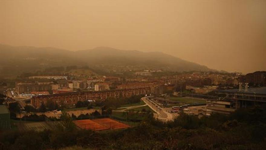 El viento sur ha cubierto de humo buena parte de Asturias, donde esta mañana se registran 35 incendios forestales. En la imagen, una panorámica de la zona Oeste de Oviedo
