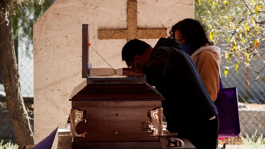Los cementerios de Ciudad de México, saturados por un nuevo pico de muertes