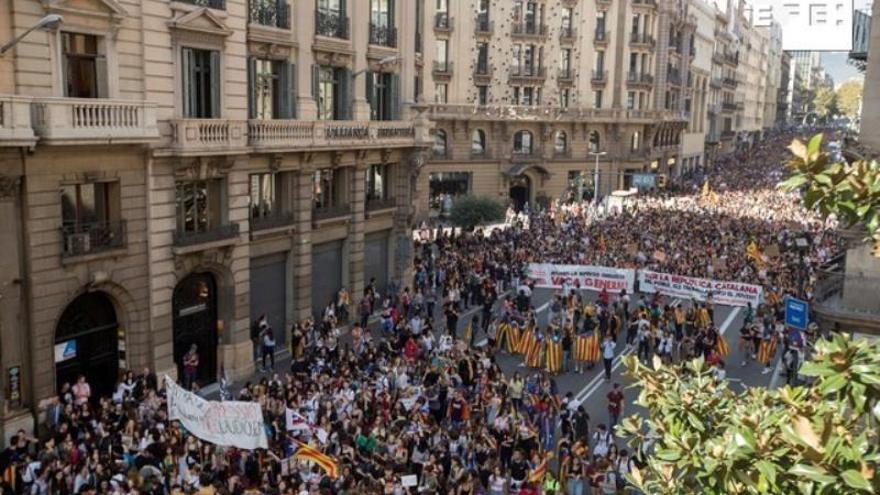 Miles de estudiantes universitarios y de secundaria, convocados por el Sindicato de Estudiantes y por el Sindicat d'Estudiants dels Països Catalans, han participado en una manifestación estudiantil contra la sentencia del 'procés', que ha recorrido el centro de Barcelona.