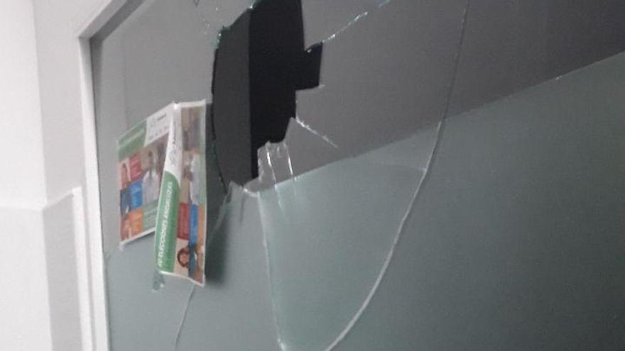 Podemos condena un ataque a la sede de La Línea que ha herido a dos militantes mientras celebraban una asamblea