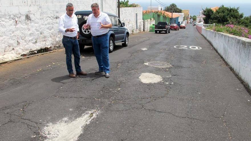 En la imagen, el primer teniente de alcalde de Santa Cruz de La Palma, Sergio Matos, y el consejero insular de Infraestructuras, Jorge González, en la Cuesta de La Encarnación.