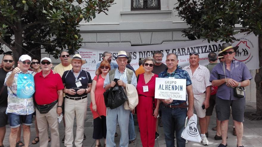 Pensionistas se reúnen frente al Ayuntamiento de Granada /foto: Mariela Luján
