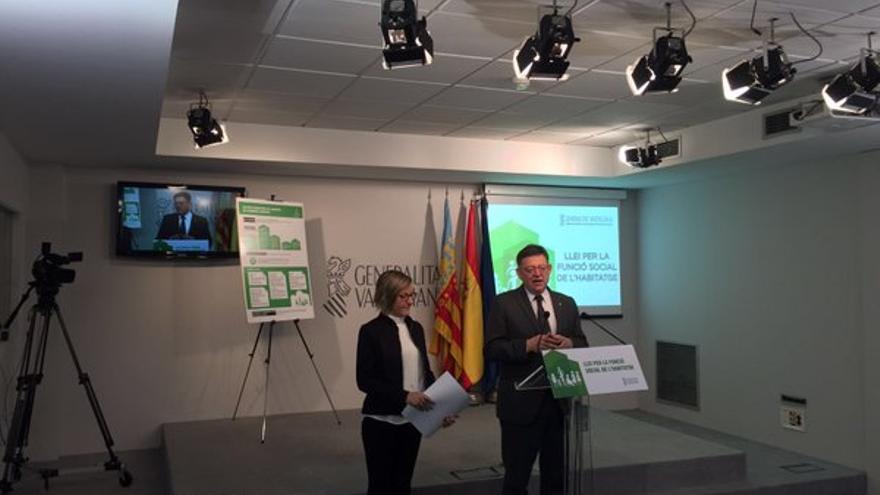 La consellera de Vivienda, María José Salvador, con el presidente valenciano, Ximo Puig
