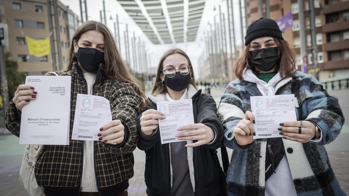 Carla, Laura y Laia muestran su tarjeta censal para ir a votar este 14F por primera vez