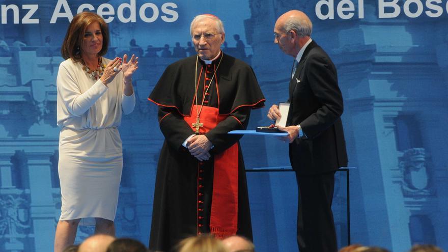 La alcaldesa de Madrid, Ana Botella, entrega la medalla de oro de la ciudad al arzobispo de Madrid, Antonio María Rouco Varela. / madrid.es