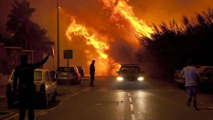 Declarado incendio en un cañaveral de Motril (Granada) junto a un instituto