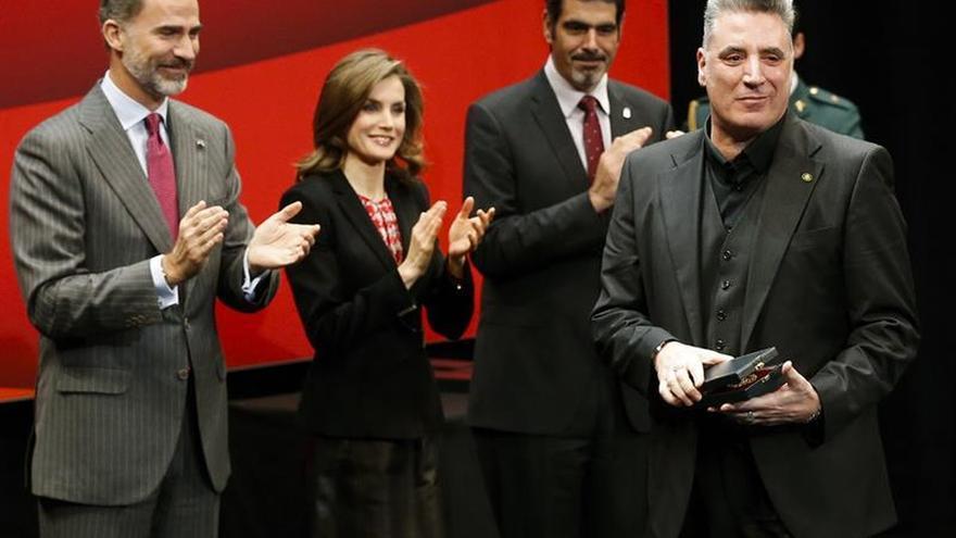 Loquillo pide la bajada del IVA cultural ante Méndez de Vigo y los reyes