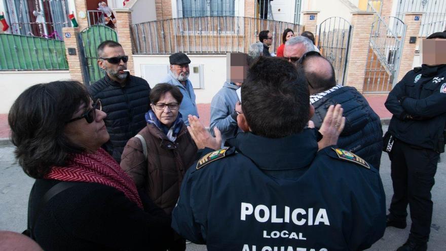 La presión de la PAH Murcia consigue el aplazamiento del desahucio en Alguazas / CARLOS TRENOR