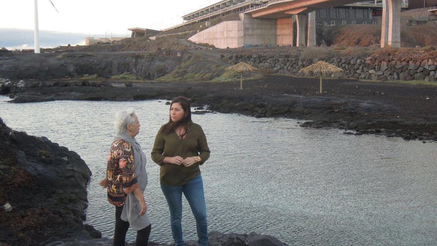 La diputada del PSOE por La Palma María Victoria Hernández y la portavoz socialista en Villa de Mazo, Goretti Pérez Corujo, en la costa situada junto al Aeropuerto de la Isla.