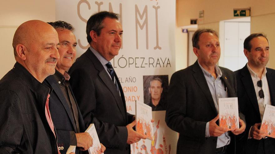 El alcalde de Sevilla, Juan Espadas, junto al autor de 'El atardecer sin mí', Agustín López-Raya. / JUAN MIGUEL BAQUERO