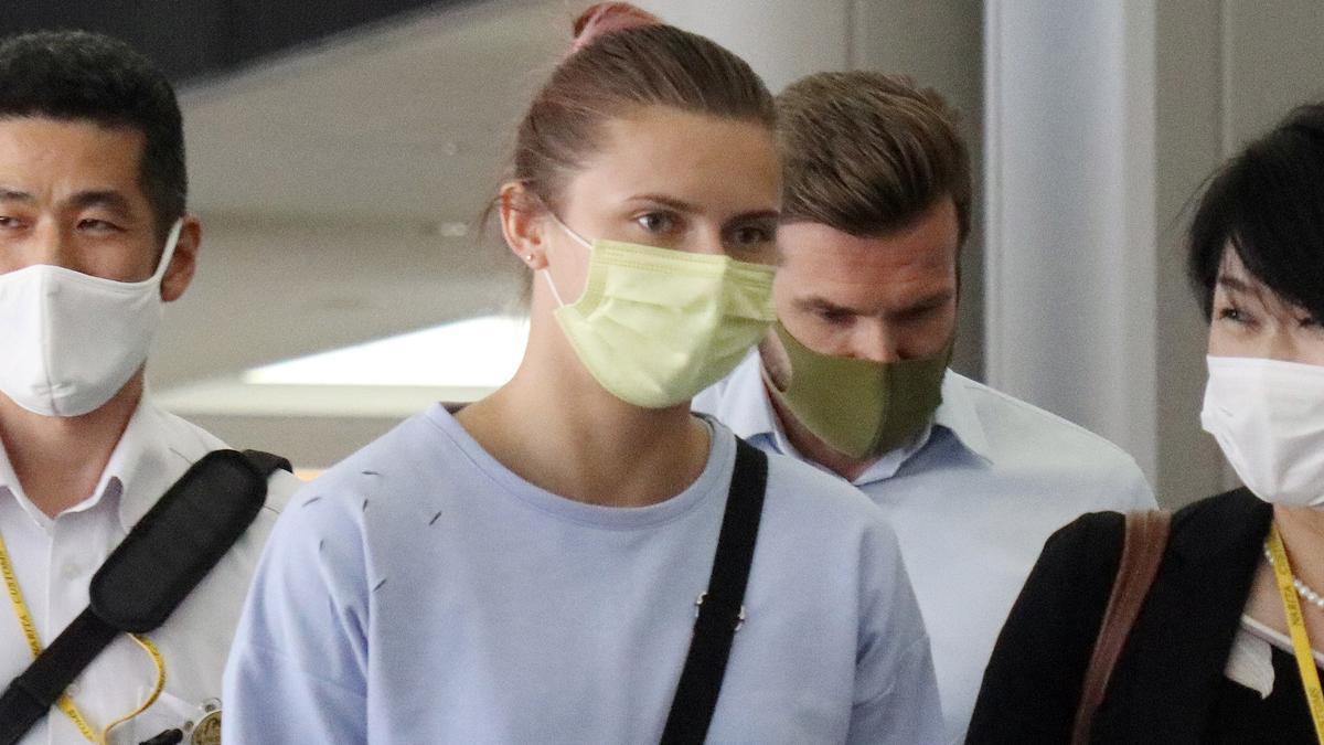 Krystsina Tsimanouskaya antes de subir a un avión en Japón rumbo a Polonia