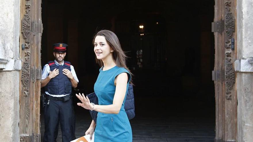 Arrimadas oficializa su no a Puigdemont y le entrega su documento de reformas