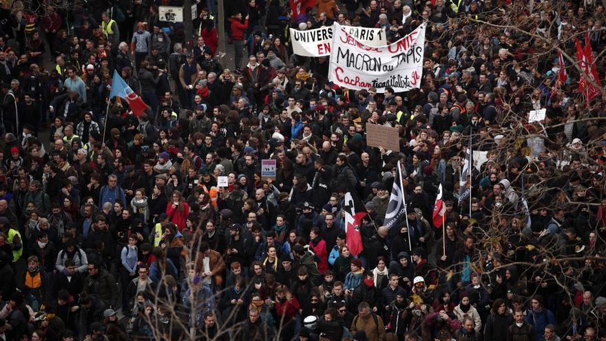 Miles de personas participan en una manifestación contra la reforma de las pensiones cerca de la Plaza de la República en París, este martes en una jornada de huelga general contra la reforma de las pensiones del Gobierno francés. EFE/EPA/IAN LANGSDON