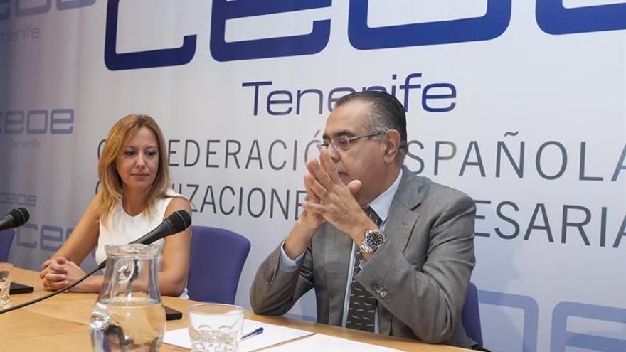 Rosa Dávila, consejera de Hacienda, y José Carlos Francisco, presidente de CEOE-Tenerife, este viernes