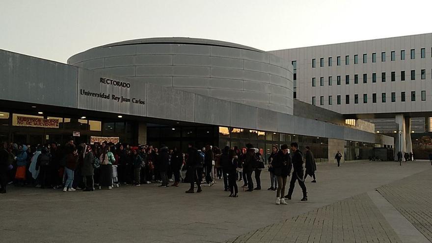 Protesta estudiantil esta mañana en el campus de Móstoles.