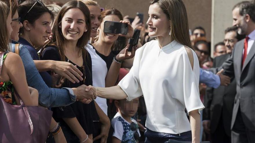 Doña Letizia saluda a la gente que se acercó a ver a los Reyes en la ciudad