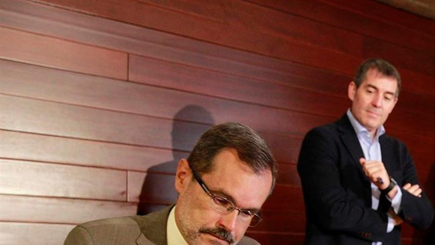 El presidente de la FECAI, Marcial Morales (i), acompañado del presidente del Gobierno de Canarias, Fernando Clavijo, firma el convenio sobre el reparto del Impuesto General sobre el Tráfico de Empresas (IGTE). EFE/Cristóbal García