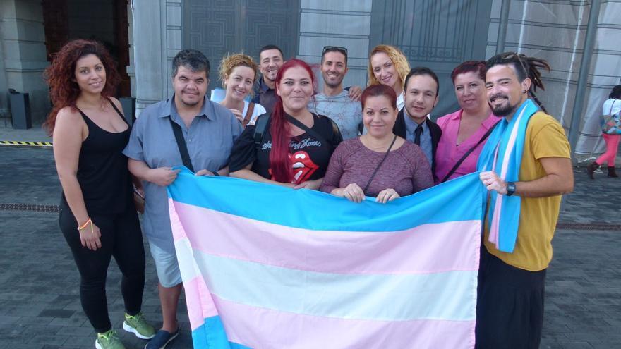 Miembros del colectivo Transboys conmemoran en Tenerife el Día Internacional de la Memoria Transexual
