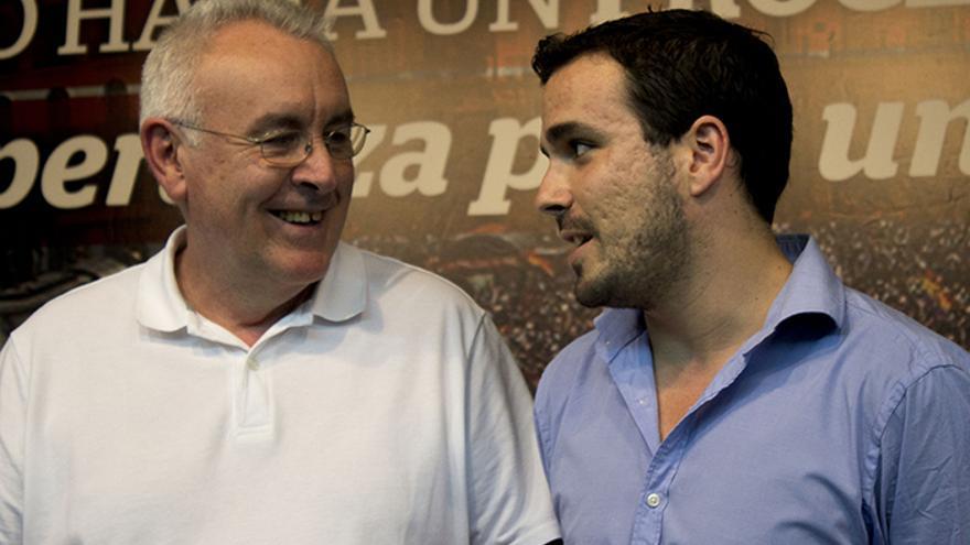 Cayo Lara y Alberto Garzón conversan durante la presentación de la paltaforma por un proceso constituyente