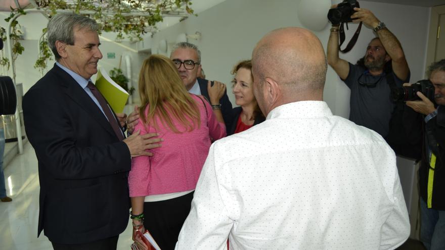 Los representantes de PRC y PSOE se saludan antes de comenzar la reunión. | RUBÉN VIVAR