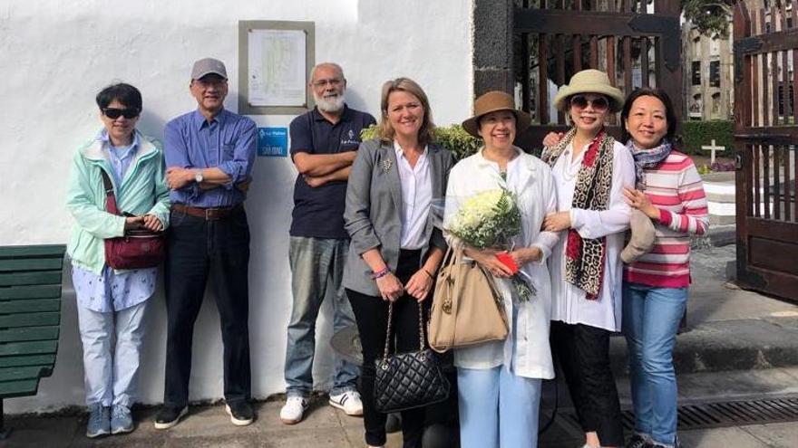 Alicia Vanoostende con los familiares en el cementerio de Santa Cruz de La Palma.
