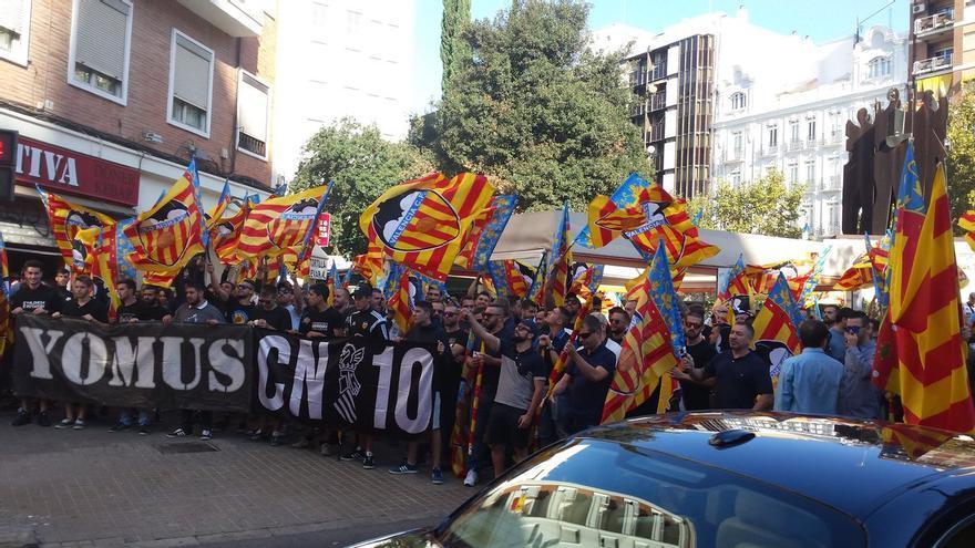 Miembros de los Yomus durante la manifestación del 9 d'Octubre en Valencia