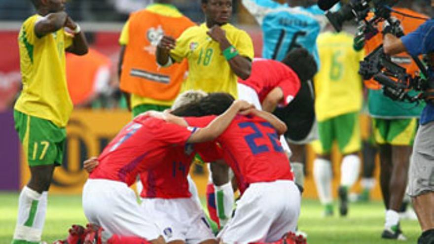 Varios jugadores de Corea del Sur celebran una victoria sobre Togo.