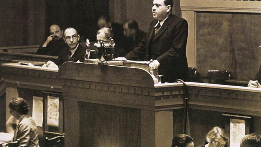 Juan Negrín interviene en septiembre de 1937 ante la Sociedad de Naciones en Ginebra.jpg