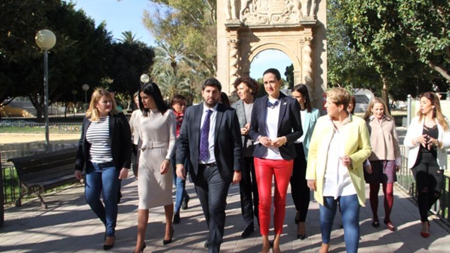 El presidente de la Región de Murcia con las candidatas del PP