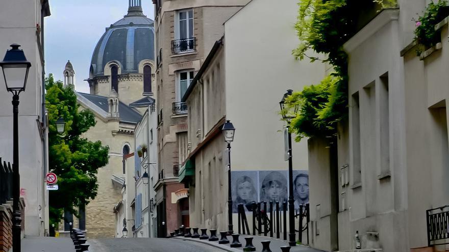 La cúpula de Santa Ana emerge de una de las calles de La Butte Aux Cailles, en París.