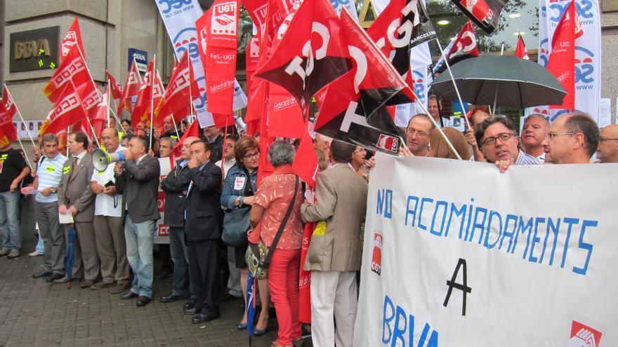 Unas 200 personas protestan en la sede de BBVA en Barcelona contra los despidos en Unnim