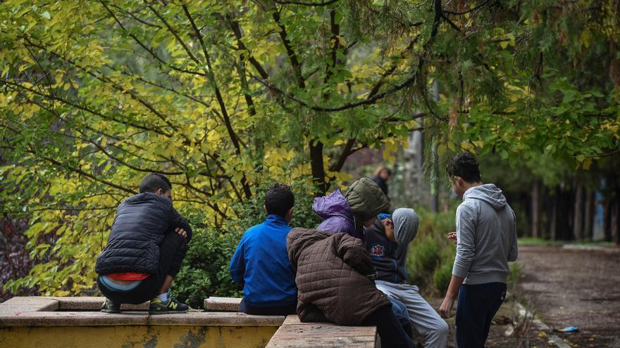 Fotografías de un grupo de menores extranjeros no acompañados tutelados, la mayoría por la Comunidad de Madrid, en un parque del distrito de Hortaleza