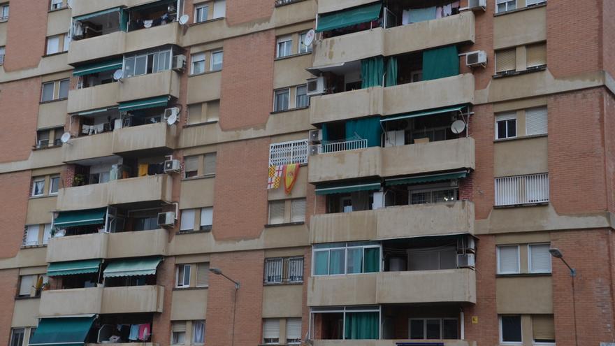 Una bandera de España junto a una de Tabarnia, en una fachada de un edificio en el barrio de Bellvitge (L'Hospitalet de Llobregat).