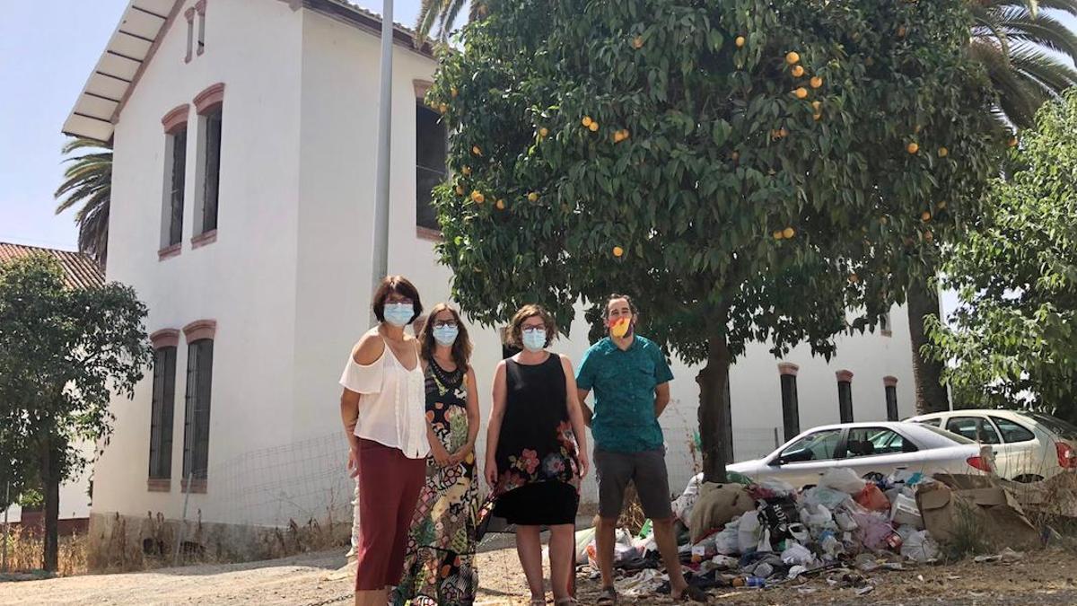 Representantes de IU ante el Centro de Emergencia Habitacional.