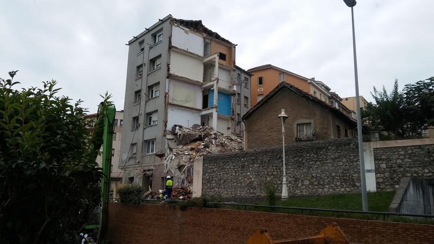 Se empieza a apuntalar el edificio de la calle del Sol tras el derrumbe parcial