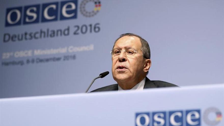 Lavrov ataca a Merkel por apuntar riesgos por influencia rusa en las elecciones