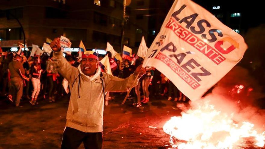 Continúan las protestas de los opositores ante los organismos electorales ecuatorianos