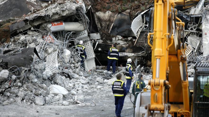 Agentes de la Policía Científica y de la Guardia Civil inspeccionan los escombros del aparcamiento de la T-4 del aeropuerto de Barajas del 30 de diciembre de 2006