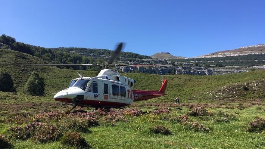 El helicóptero rescata a un senderista lesionado en Los Collados del Asón