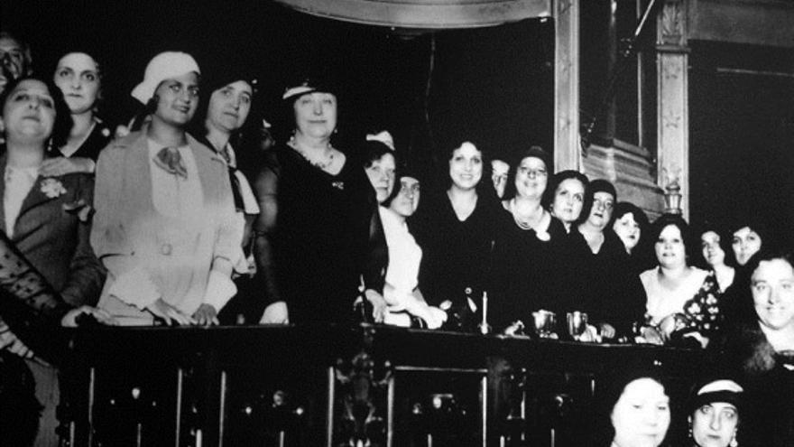 Carmen de Burgos y miembras de la Liga Internacional de Mujeres, en un acto contra la pena de muerte en el Ateneo de Madrid (1931)