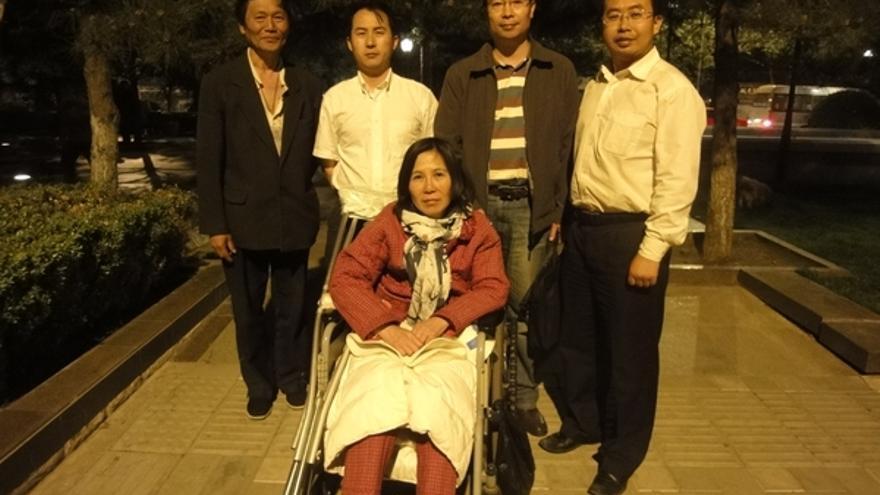 Compañeros que visitan a la abogada Ni Yulan y su marido husband Dong Jiqin. © Private
