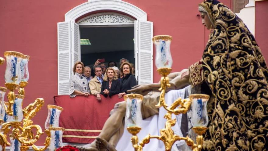 Aznar acude a ver una procesión denunciada por llevar la Virgen un fajín de Franco