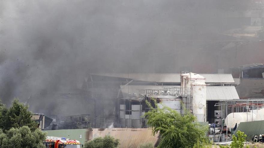 Los Bomberos siguen trabajando en la nave incendiada de Arganda 22 horas después