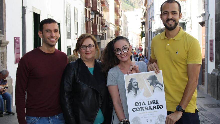 La concejal de Fiestas, Guadalupe González Taño (segunda por la izquierda) y los organizadores del  Día de Corsario muestran el cartel de la tercera edición del evento.