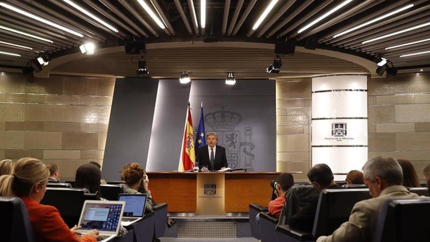 El Gobierno condecora a García de la Concha, Zugaza, Solchaga y De la Dehesa